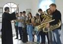 Senadora Rose de Freitas entrega instrumentos musicais à comunidade de São João do Garrafão